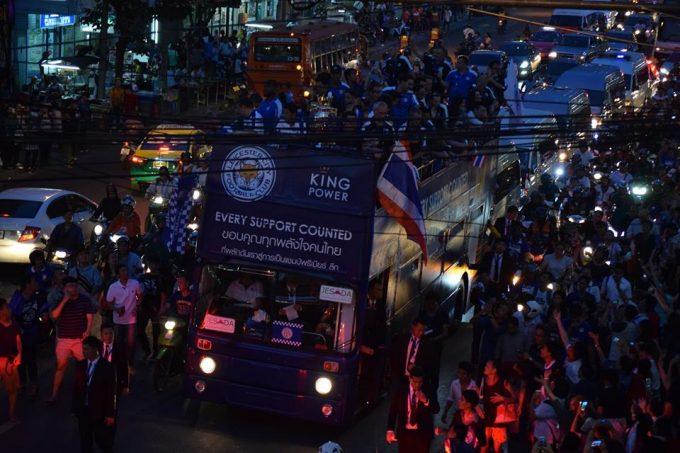 選手たちの乗る車両にはタイの国旗も