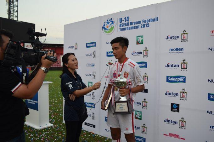 タイのメディアのインタビューを受けるグンタポン・キーリーレーン選手