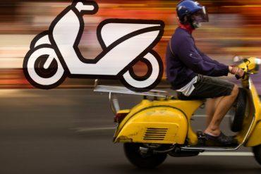 タイでスクーターを運ぶベスパ