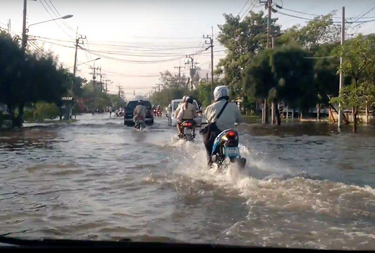 浸水する工業団地
