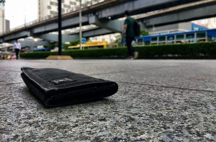タイ人ホームレスが財布を届ける