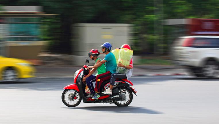 バイクで仲良く移動