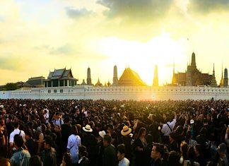 ワット・ポー付近に集まるタイ国民