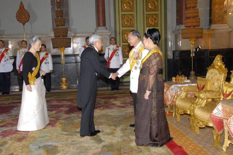 日本の天皇陛下と握手するプミポン国王