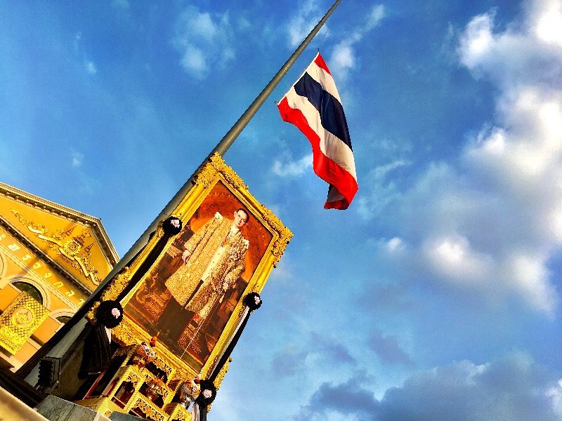 プミポン国王と半旗