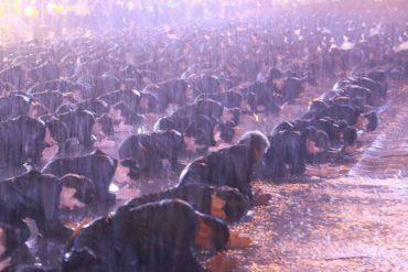 雨の中、タイの東北地方で追悼式