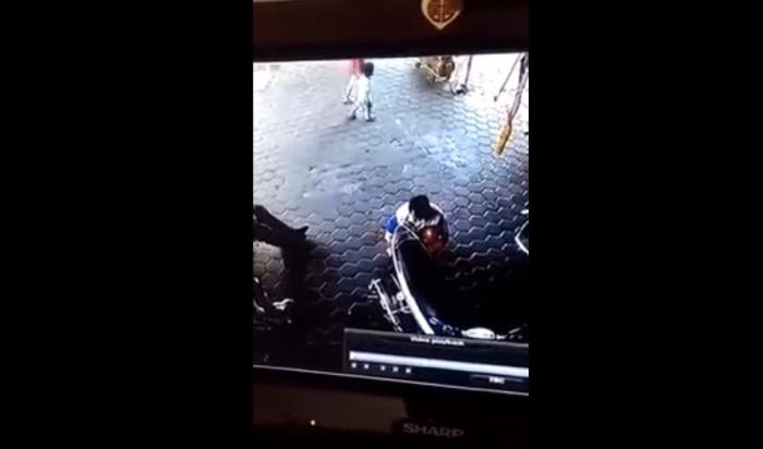 スクーターを修理する男性
