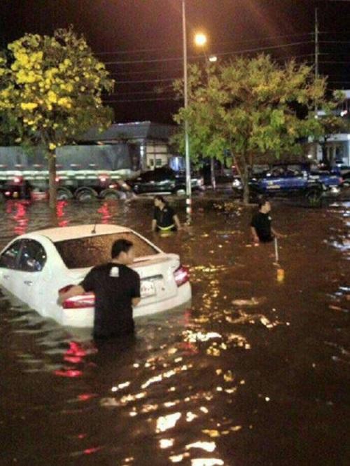 タイ東北部「コラート」で道路が冠水し車が立ち往生