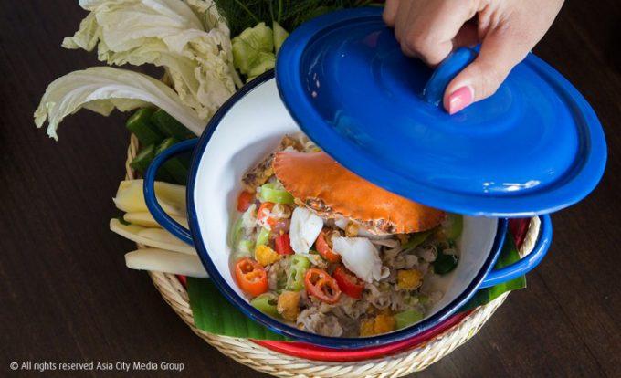 子持ち蟹を一匹丸ごと使ったココナッツクリーム&ハーブ煮(ロン・プー・カイ・タントゥア/หลนปูไข่ทั้งตัว)