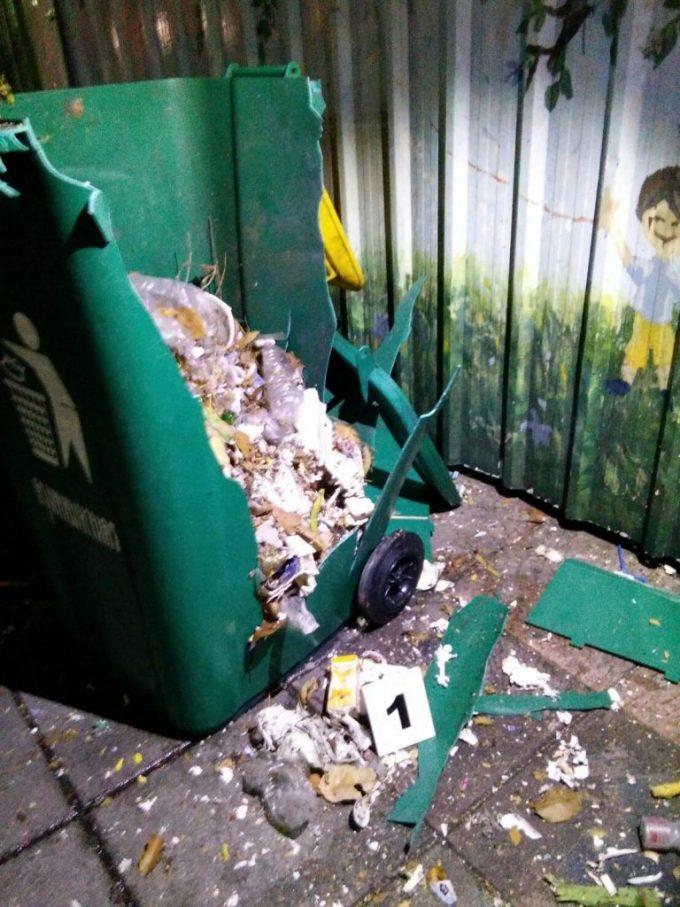 爆発により散乱したゴミ箱とその破片©matichon