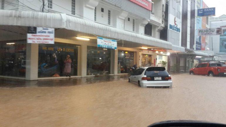 大雨によりクラビで道路が冠水 ©matichon