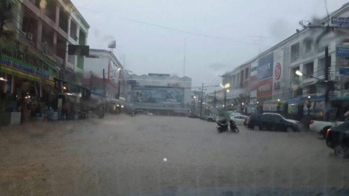 大雨により冠水したクラビ市内の道路 ©matichon