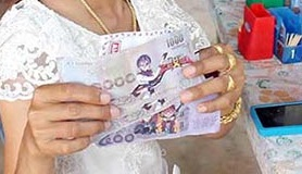 主催者の方が受け取った「おもちゃの紙幣」 ©Kapook!