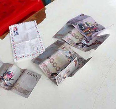 袋から出てきた、アニメが描かれた「おもちゃの紙幣」©Kapook