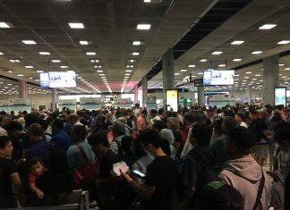 ごった返すタイのスワンナプーム空港