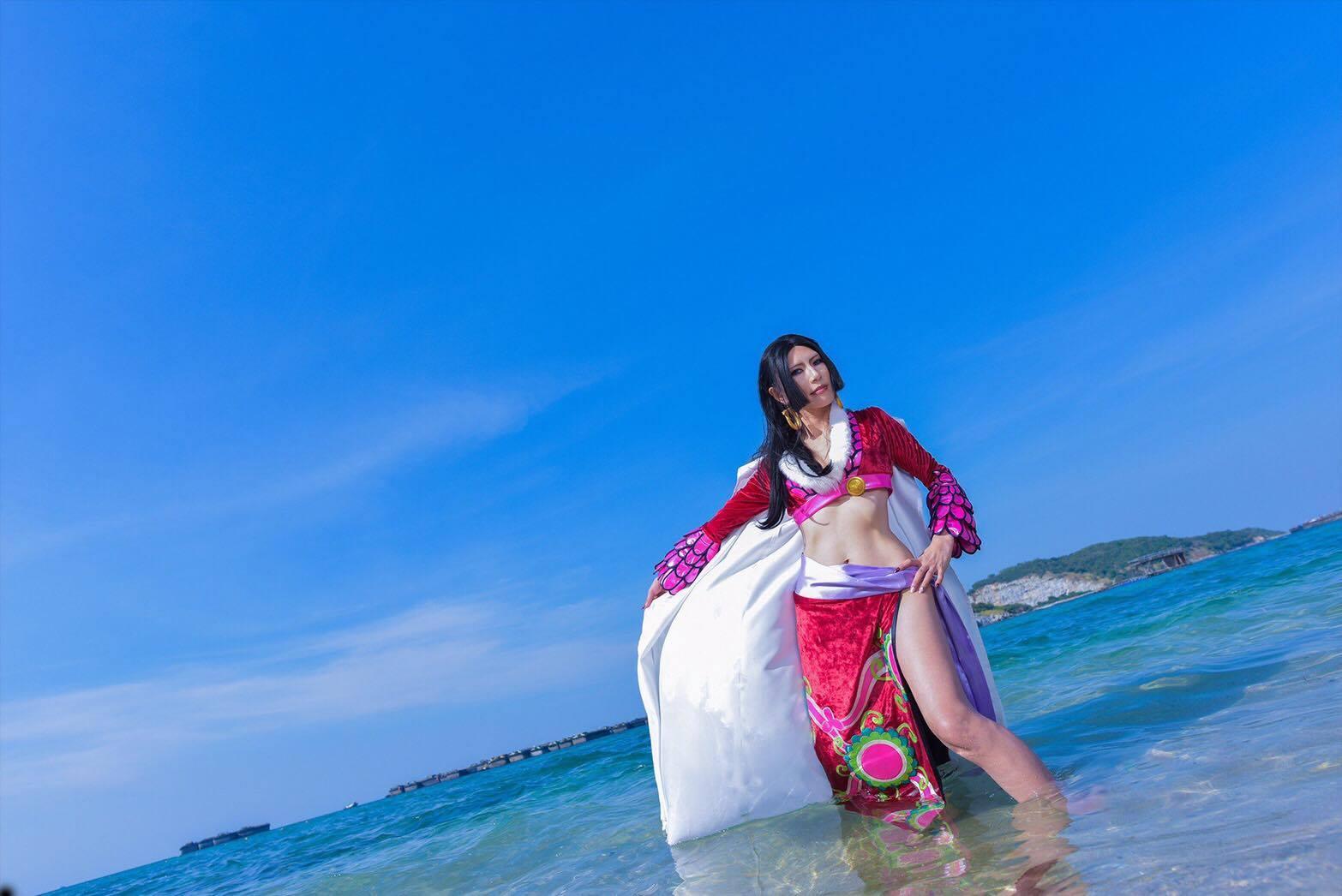タイの海とコスプレーヤー