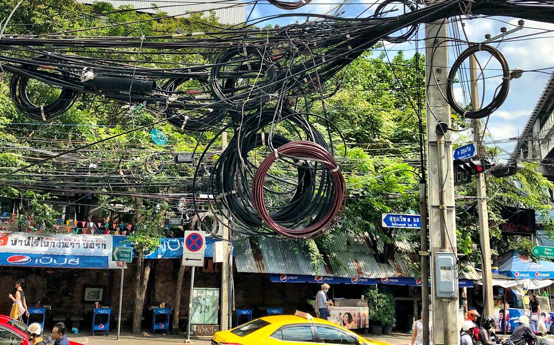 エカマイ通りの電線
