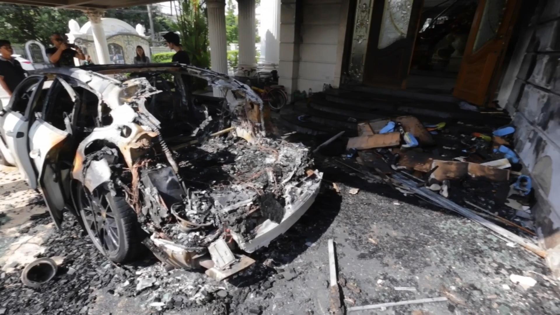 車体のリア部分から出火
