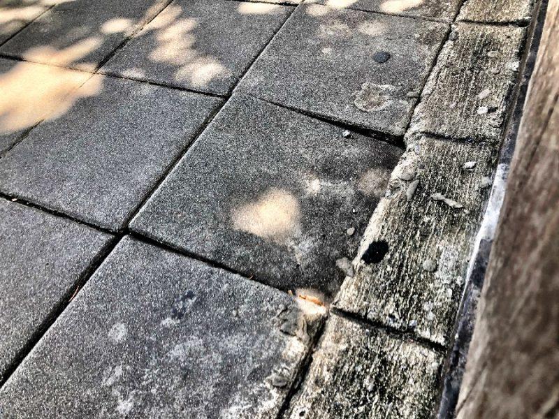 剥がれる歩道のタイル