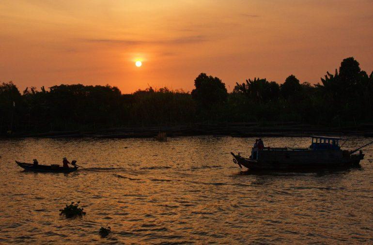 夕焼けとメコン川
