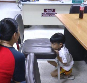警察で親を待つ子供 Photo by matichon