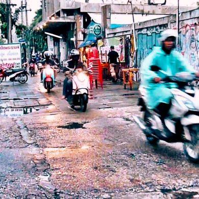 バンコクの歩道を走るスクーター