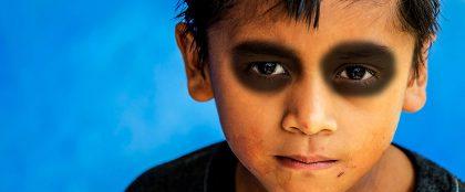 スマホ依存のお仕置きに賛否、子供の目の周りを黒塗りに