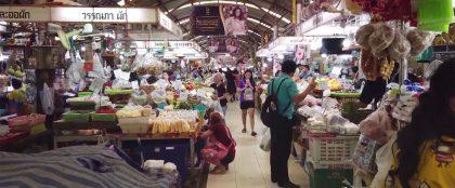 インジャルーン市場で日本の学生がタイ人向けにスイーツを販売