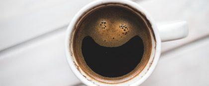 コーヒー1杯でカフェ居座る、女性にマナー違反と批判続出