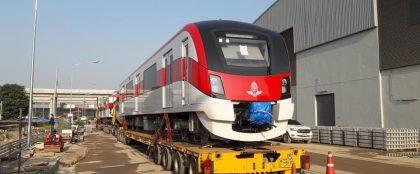 バンコク近郊を走る日本製鉄道車両到着、来月には式典も