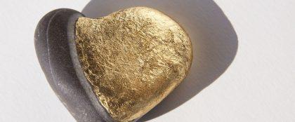 工事現場で見つかった金色の石は純金ではなく黄鉄鉱