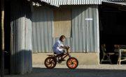 泥酔中!?タイの一般道で対向車に向かって自転車でひたすら突き進む男