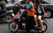 女性は横向き座りが当たり前!?タイ人女性のバイク移動