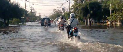 連日の豪雨でバンコク郊外の工業団地が洪水被害