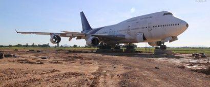 騒然!巨大旅客機が田園のど真ん中に出現!