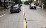 バンコクのエカマイ通りで原因不明の地割れが発生