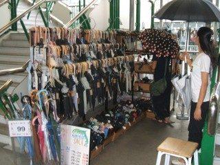 連日の雨の中、「エキナカ」の傘ショップが人気!